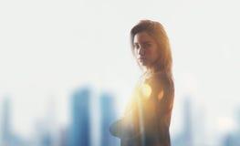 女实业家,视觉效果,火光画象  被弄脏的城市背景 库存照片