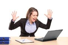 女实业家紧张的叫喊的年轻人 库存照片