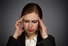女实业家以强的偏头痛 图库摄影