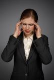 女实业家以强的偏头痛 库存照片