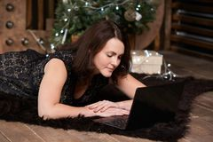 女实业家 计算机工作 圣诞节我的投资组合结构树向量版本 库存照片