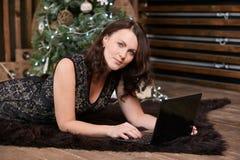女实业家 计算机工作 黑暗的地毯 圣诞节我的投资组合结构树向量版本 图库摄影