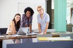 女实业家画象开创造性的会议在办公室 免版税库存图片