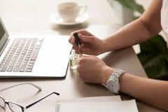 女实业家绘画钉子在办公室 免版税库存照片