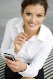 女实业家palmtop使用 免版税库存照片