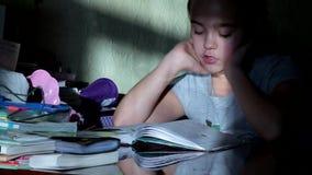 女小学生吸取教训,家庭作业 读书,她靠记意学会一首诗 股票视频
