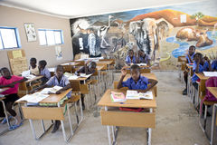 女小学生和男小学生在非洲 免版税库存照片