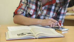 女小学生在习字簿写文本 股票录像
