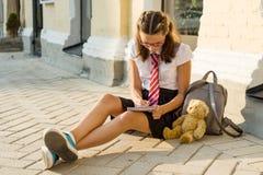 女小学生少年在笔记本写 日志女孩,秘密, 图库摄影