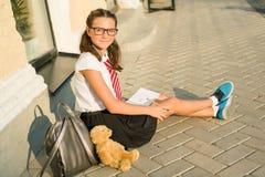 女小学生少年在笔记本写 日志女孩,秘密, 免版税库存图片