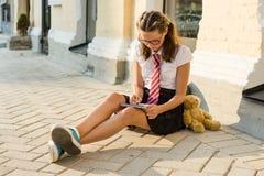 女小学生少年在笔记本写 日志女孩 库存照片