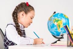 女小学生文字家庭作业 免版税库存图片