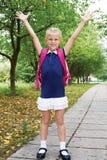 女小学生是在途中到学校 第一天在学校 地方教育局 免版税库存照片