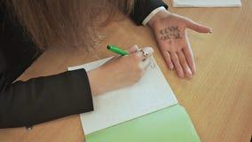 女小学生注销从小儿床的数学公式在手 学校考试 股票录像