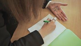 女小学生注销从小儿床的数学公式在手 学校考试 股票视频