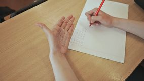 女小学生注销从小儿床的数学公式在手 学校考试 影视素材