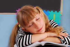 女小学生疲倦 免版税库存图片
