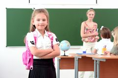 女小学生纵向有背包的 库存图片