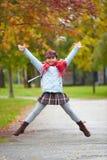 女小学生跳跃 免版税库存图片