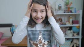女小学生cexperiencing的喜悦幸福惊奇 情感正面概念孩子 慢动作录影 青少年的女孩 影视素材