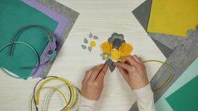 女工匠工作书桌 毛毡和手工制造花片断在工作表上 顶视图 影视素材