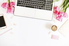 女工桌面顶视图有膝上型计算机、花和不同的办公用品项目的 女性创造性的设计工作区 免版税库存图片