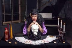 女巫,当实践巫术时 库存图片