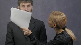 女性上司责骂一名疏忽的男性雇员 粗心大意的雇员和冲突在工作 4K 股票录像