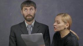 女性上司责骂一名疏忽的男性雇员 粗心大意的雇员和冲突在工作 4K 股票视频