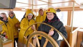女性上尉和船员在航海桥梁 钓鱼船转动的方向盘的成熟妇女上尉和 股票视频