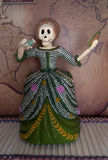 女性与实物大小一样的最基本的装饰在死的庆祝的天 免版税库存照片
