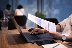 女性与现代膝上型计算机一起使用在工作场所,咖啡馆 库存照片