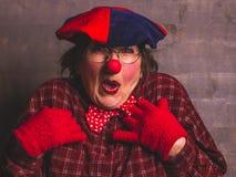 女性与红色鼻子的小丑喜剧情感表示,狂欢节哄骗概念 免版税库存图片