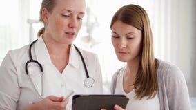女性专业医生在工作 有听诊器咨询的患者的妇女医师诊所的 股票视频
