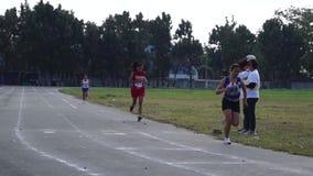 女性严谨地在跑为接踵而来的体育运动事件的短跑被训练 活动公共 股票录像