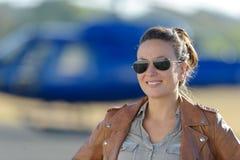 女性为在直升机的第一班飞行准备 库存照片