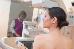 女性为早期胸部肿瘤X射线测定法准备 库存照片