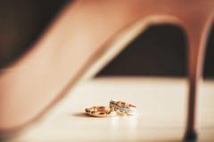 以女性为背景的婚礼圆环 免版税图库摄影