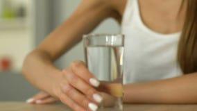 女性举行的杯特写镜头水,皮肤水合作用,每日液体率 影视素材