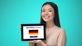 女性举行的片剂与学会德国应用,准备好开始路线 股票录像