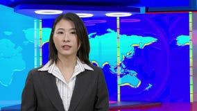 女性亚裔新闻女主持人在真正电视演播室,原始的设计元素 股票录像