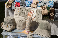 女性亚麻制帽子和腕带在市场上换 库存照片