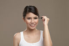 女性亚洲申请的染睫毛油 免版税图库摄影