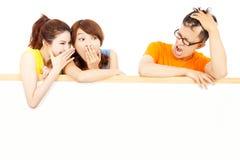 年轻女性人民耳语关于人滑稽的事件 免版税图库摄影