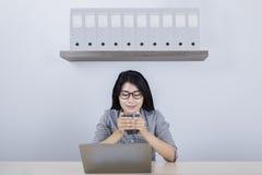 女性企业家用热的茶在办公室 图库摄影