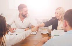 女性企业握手在办公室会议、合同结论和su上 库存图片