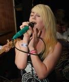 女性低劣的歌唱家年轻人 库存图片