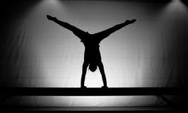 女性体操运动员手倒立 图库摄影