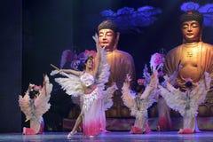 女性佛教徒舞蹈和戏剧中国人长笛 库存图片