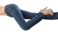 女性佩带的牛仔裤和隔绝在白色backgro 免版税库存图片